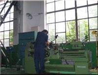 工人在检查精密铸造设备