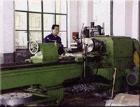 工人在生产加工各种精密铸件